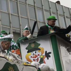 Fahrt auf dem Karnevalswagen im großen Bergisch Gladbacher Sonntagszug
