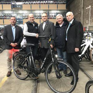 Übergabe des E-Bikes für Pfarrer Arvyds durch Fahrrad Prumbaum