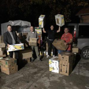Hilfsgüter bei Pfarrer Arvydas entladen